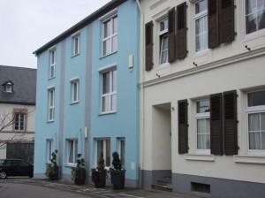 Der erste Erwähnung findende Schulsaal befand sich an dieser stelle (blaues Haus), rechts daneben das alte Pfarrhaus