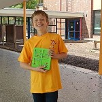 Julian zeigt stolz T-Shirt und Urkunde
