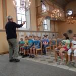 Die 3d lauscht den Erläuterungen in der Synagoge