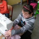 Konzentration an der Nähmaschine