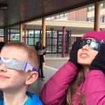 Gut geschützt konnte der Mondschatten auf der Sonne deutlich gesehen werden