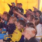 Voller Begeisterung bei der Sache: Die Erstklässler im Puppentheater