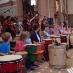 Musik verbindet: Kinder der Grundschule und der Levana-Schule mit Los Masis