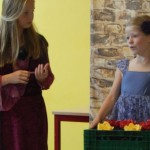 Die kleine Hexe hilft der Papierblumenverkäuferin