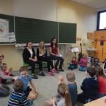 """Ohrenschmaus für die 1a: Schülerinnen des DBG lesen aus """"Die Olchis"""""""