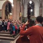 Die Chorgruppe aus den 2. und 3. Klassen am Altar der Pfarrkirche