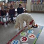Ben unterstützt die Kinder auch im Unterricht