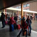 Auf gepackten Koffern: Beim Abschiednehmen auf dem Schulhof