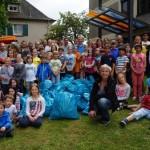 Bürgermeisterin Christiane Horsch inmitten der fleißigen Helfer