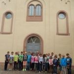 Vor der ehemaligen Synagoge in Schweich