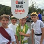 Römer tragen das Festumzugsschild