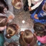 Die Flamme des Friedenslichtes kommt aus Bethlehem - von Kerze zu Kerze weitergegeben