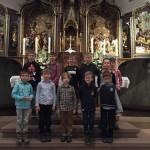 Stolz präsentiert sich der junge Chor am Altar