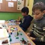 DaZ-Kinder bauen Geschichten aus Lego und erzählen dazu